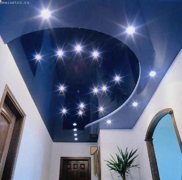 Фото сочетания натяжных потолков синего цвета