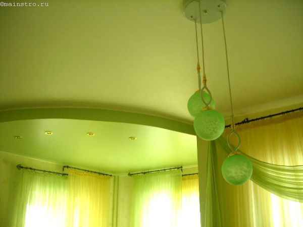 Фото: натяжные потолки салатового цвета