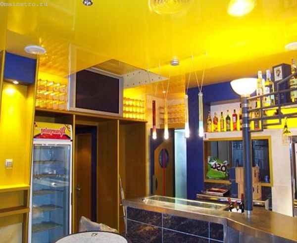 На фото натяжные потолки жёлтого цвета на кухне