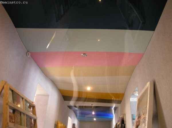 На фото многоцветные натяжные потолки