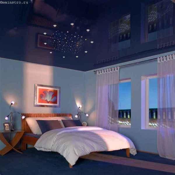 На фото натяжные потолки синего цвета