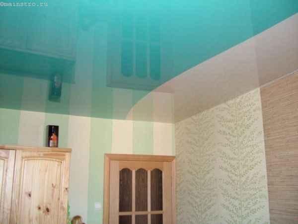 На фото натяжные потолки из ПВХ пленки голубого цвета