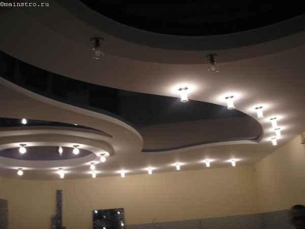 Фото: 2-х уровневые натяжные потолки с наружными светильниками