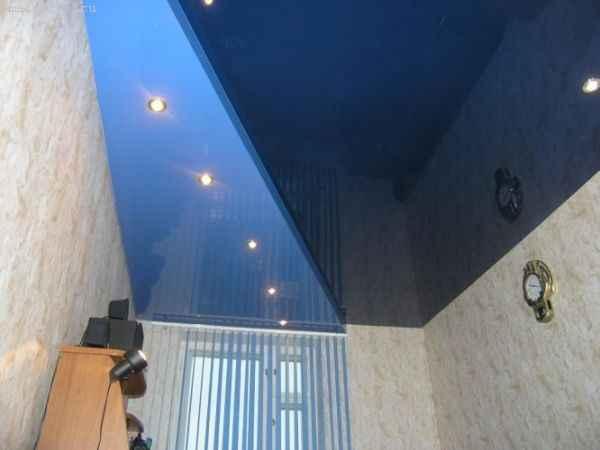 На фото 2-х уровневые натяжные потолки с точечными светильниками