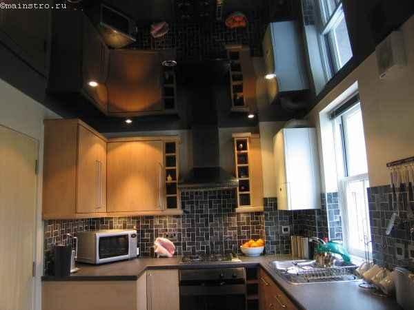 Глянцевые чёрно-белые натяжные потолки - фото на кухне