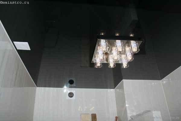 Пленочные чёрно-белые натяжные потолки - фото с люстрой