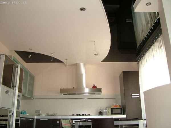 Матовые чёрно-белые натяжные потолки на кухне - фото с подсветкой