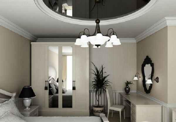 Фото: чёрно-белые натяжные потолки с люстрой в спальне