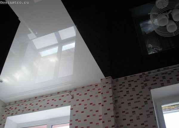 На фото одноуровневые чёрно-белые натяжные потолки