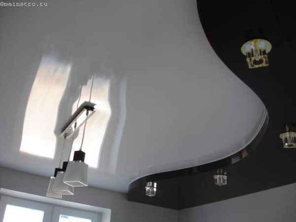 На фото двухуровневые чёрно-белые натяжные потолки