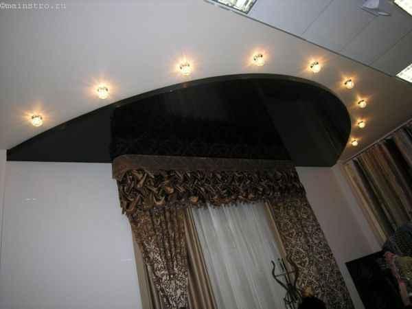 На фото чёрно-белые натяжные потолки с подсветкой