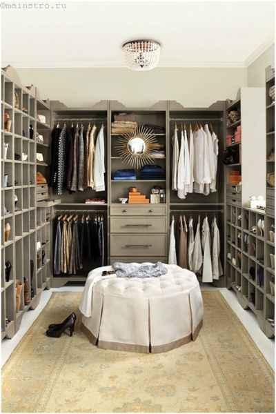 Вместительная гардеробная комната с зеркалом
