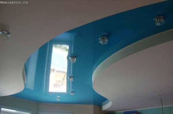 Многоуровневые натяжные потолки с точечными светильниками