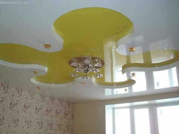 Натяжные потолки сложной формы с люстрой