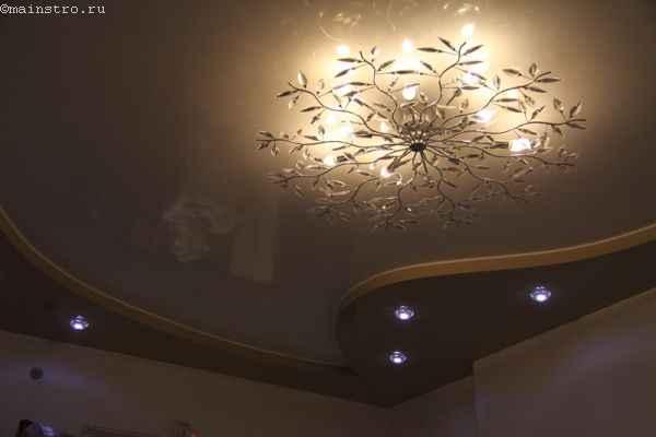 Двухуровневый натяжной потолок с люстрой