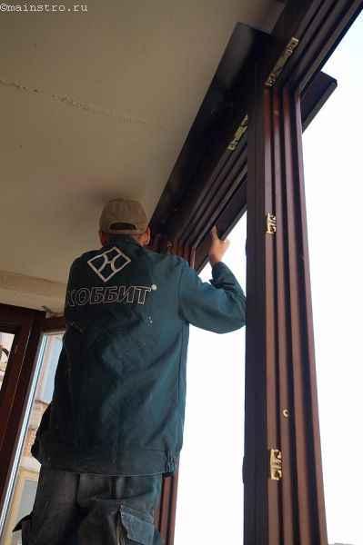 Установка профиля из дерева для остекления балконов и лоджий