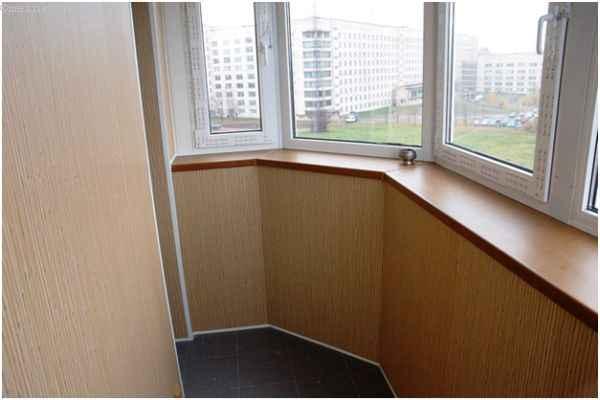 Фото балкона с плиткой на полу