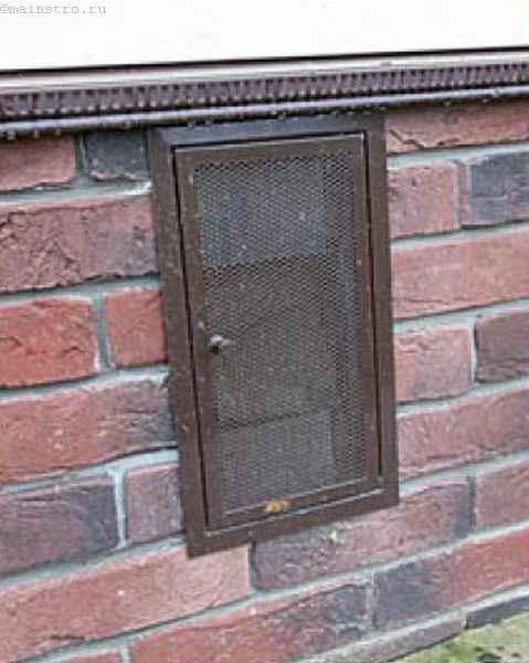 Закрытая дверца продуха в цоколе
