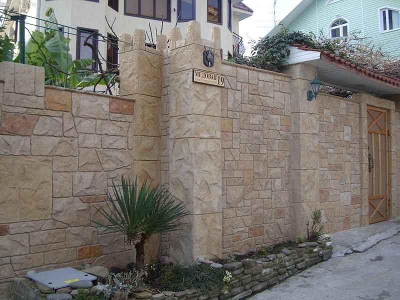 Дом с высоким забором - фото