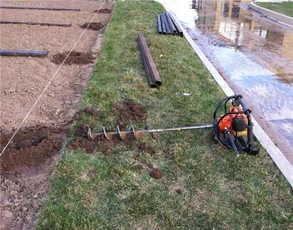 Временный забор: монтаж столбов