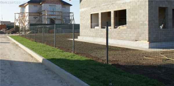 Временный забор из сетки по металлическим столбам