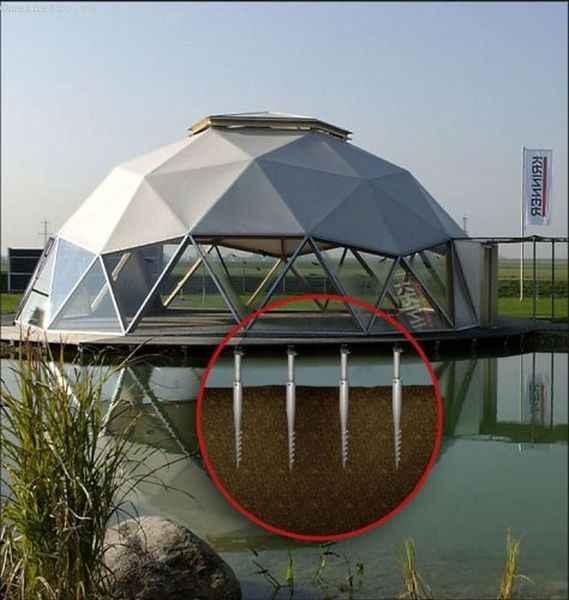 Винтовые сваи под сооружением на воде