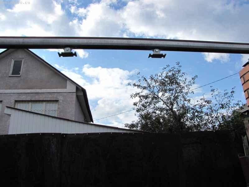 Установленные на профиль каретки в откатных подвесных воротах