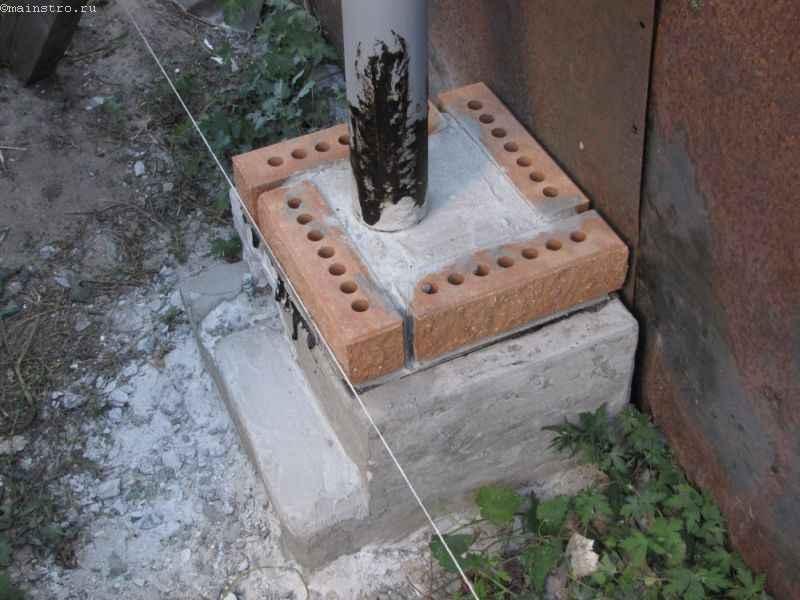 Кладка кирпича для столбов к подвесным откатным воротам