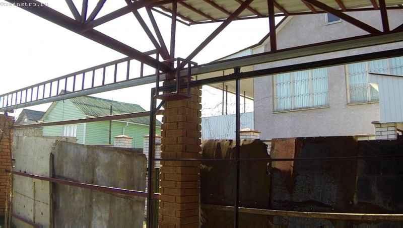 Крепим подиум для привода подвесных откатных ворот