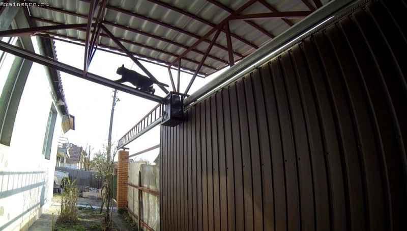 Подвесные откатные ворота с навесом - вид со двора