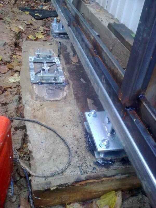 Привариваем откатной рельс к закладной детали откатных ворот