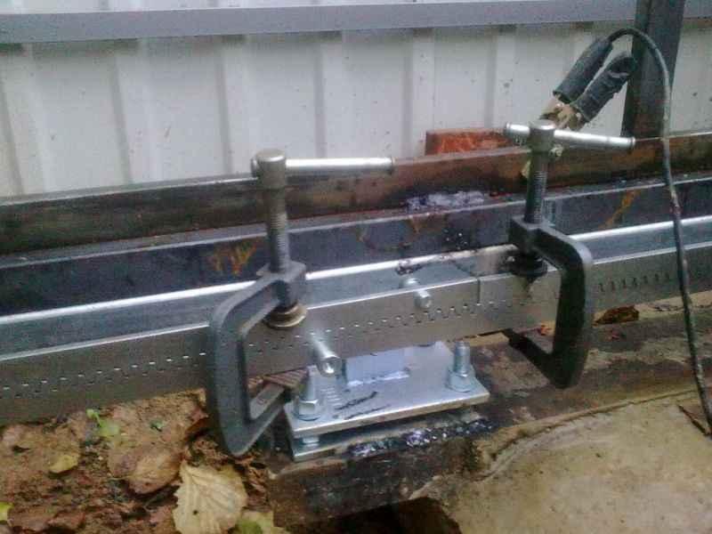 Монтаж откатных ворот с помощью струбцин
