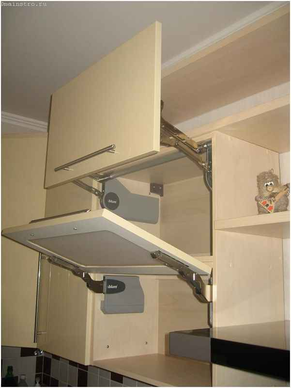 Верхний ряд мебели для кухни в открытом состоянии