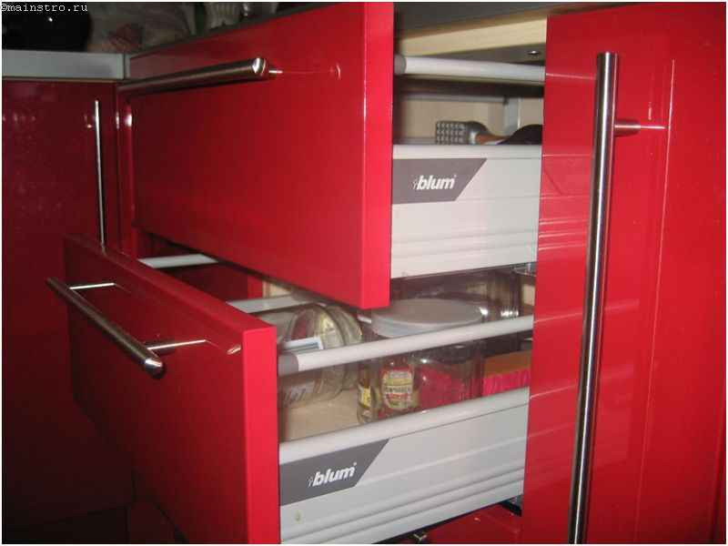Выдвижные ящики в нижнем ряду мебели для кухни