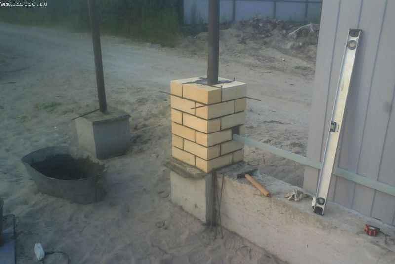 Кладка кирпича для столбов под забор из профнастила